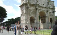 Przed łukiem Konstantyna przy Forum Romanum