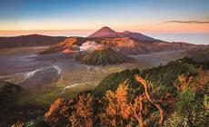 Wulkan Bromo o świcie. W tle Srmeru - najwyższy szczyt wyspy Jawy