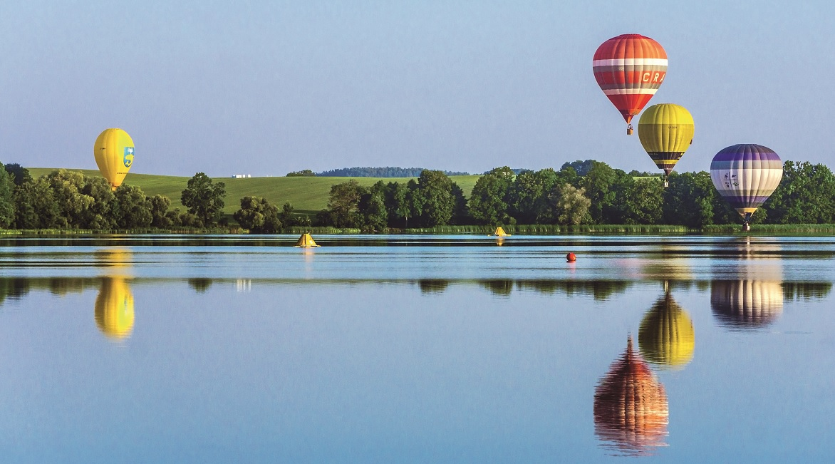 Balony nad Jeziorem Ełckim podczas zawodów