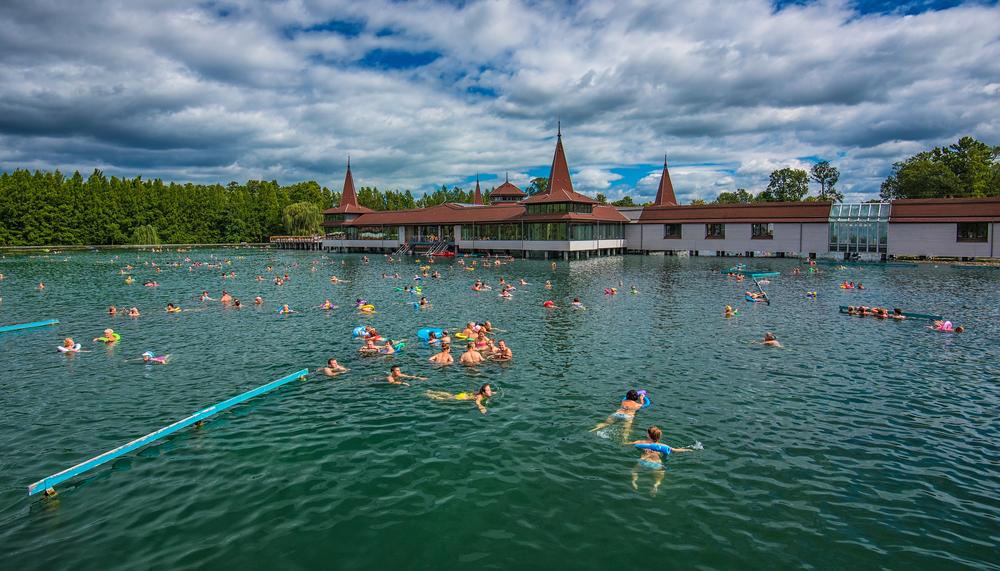 Kąpiel w jeziorze Heviz